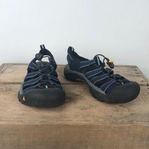 KEEN closed toed waterproof bunjee lace sandals 8